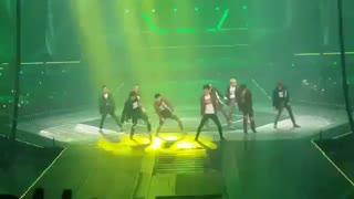 EXO dancing king***   اجرای زنده ی اهنگ جدید اکسو  فوق العاده اس*** بکهیون اون وسط میوفته خیت میشه بچه خخخ