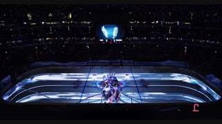 یک نمایش فوق العاده با پروژکتور در استادیوم