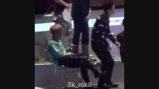 کرم ریزی بک به چن :) چن صندلیشو درست میکنه بشینه بکی میکشتش عقب خخ chen-baekhyun-exo-اکسو-بکهیون