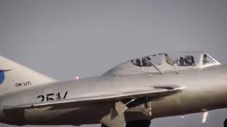 جعبه گشایی وان پلاس 3T در هواپیمای جنگی