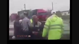 کتک زدن یک راننده توسط مامور راهنمایی