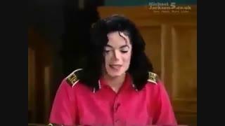 تیکه ای از اجرای اهنگ who is it در برنامه ی تلویزیونی