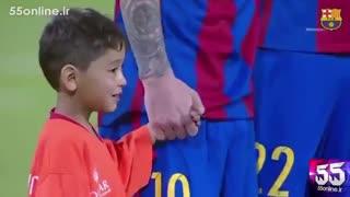 پسر کوچک افغانی در کنار مسی در دیدار دوستانه