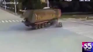 تصادف ماشین حمل سوخت با موتورسوار بدشانس