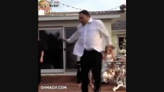 منکه از شد خنده زمینو گاز زدم دندون نیشم شکست شما گاز نزنید مثل ادم بخندید ایشون اسطوره رقص هستن!