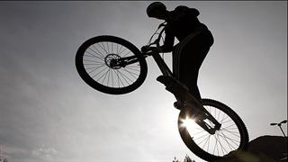 هنرنمایی پسر ایرانی با دوچرخه در خیابان های مشهد