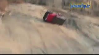 پرت شدن خودرو از روی صخره