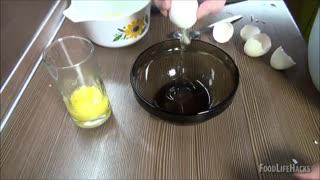 5 روش ساده برای جدا کردن زرده از سفیده تخم مرغ !